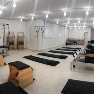 Estúdio de pilates com aparelhos de Pilates
